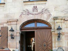 Blick auf den Eingang zur Bräuschänke Kitzmann in Erlangen.